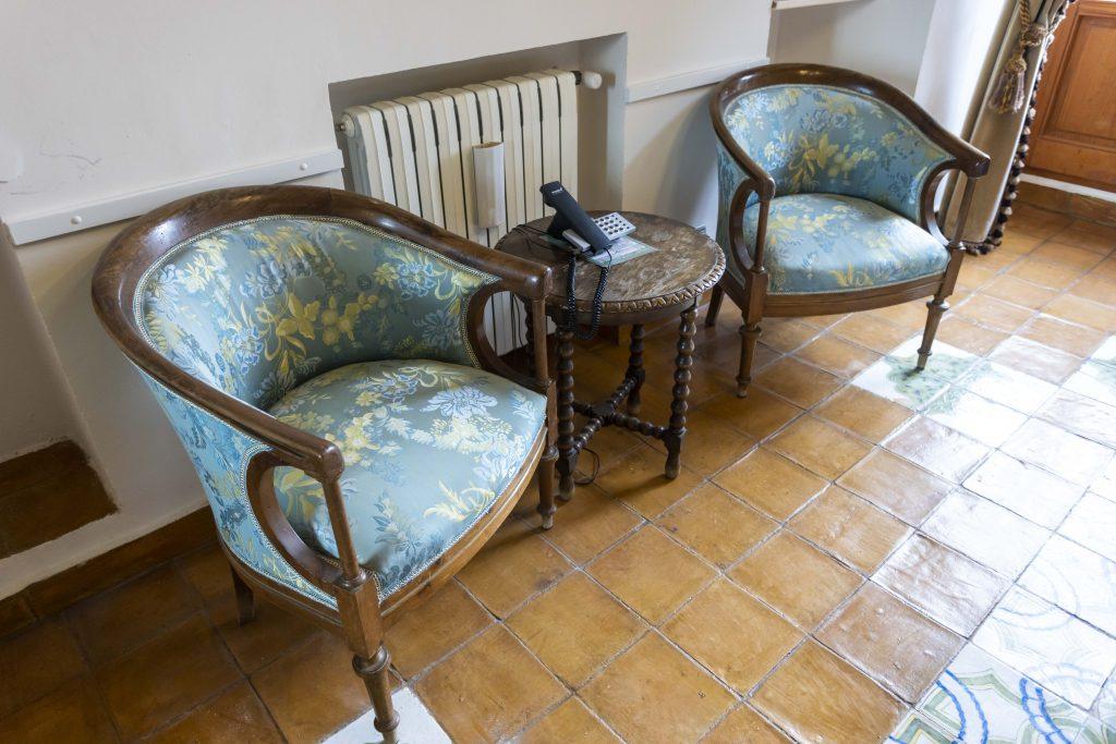 Detalle de habitación doble con vistas, cómodas camas de matrimonio y detalles en color azul y verde. Habitación que llama a la calma y al descanso. Televisión y teléfono en todas las estancias.