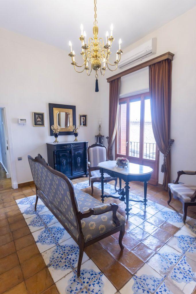 Pequeña sala de estar de La Nova Alcudia. Perfecta para leer o descansar, disfrutando de las vistas, el sol y sus amplios ventanales.
