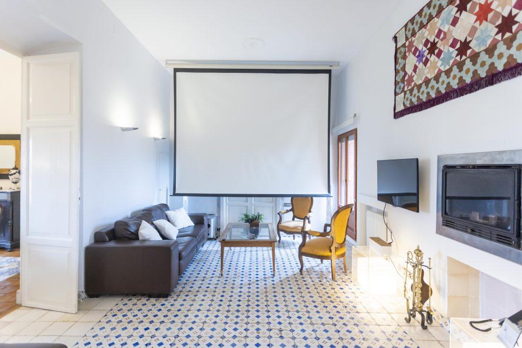 Segundo comedor de La Nova Alcudia. Gran sala equipada con proyector, sonido envolvente y chimenea para que los huéspedes puedan disfrutar de una película cómoda mente.
