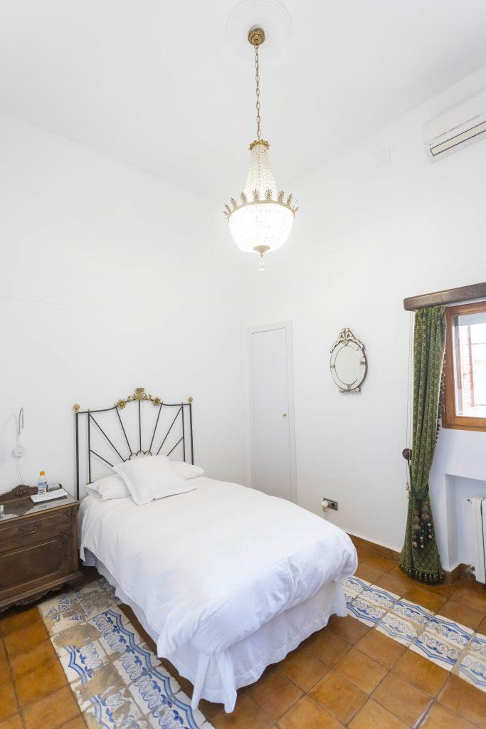 Cómoda habitación individual en La Nova Alcudia. Sencilla y blanca pero llena de comodidades para un buen descanso. Tiene Televisión y teléfono.