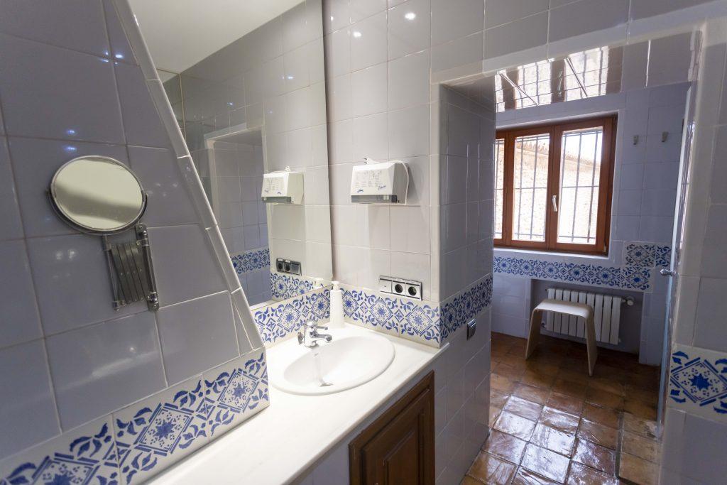Gran baño equipado con ducha, lavabo, secador y calefacción entre otros. Situado en La Nova Alcudia.