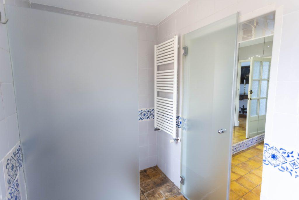 Ducha del gran baño equipado con ducha, lavabo, secador y calefacción entre otros. Situado en La Nova Alcudia.
