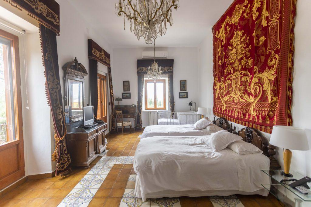 Habitación señorial de La Nova Alcudia. Dos camas de matrimonio más cuna, estancia llena de lujo y elegancia.