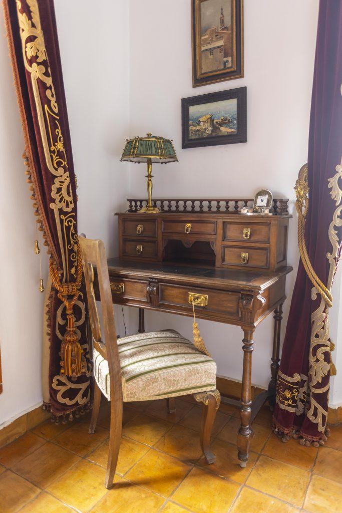 Escritorio de habitación señorial de La Nova Alcudia. Dos camas de matrimonio más cuna, estancia llena de lujo y elegancia.