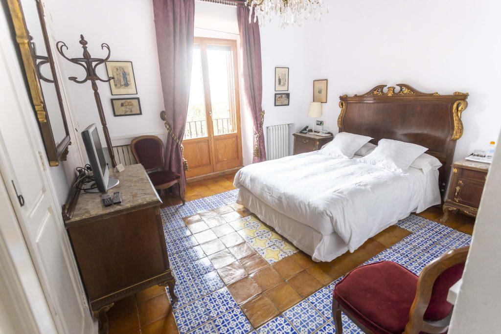 Habitación de matrimonio de La Nova Alcudia. Cama de matrimonio cómoda y amplia con televisión, vistas y teléfono entre otras cosas.