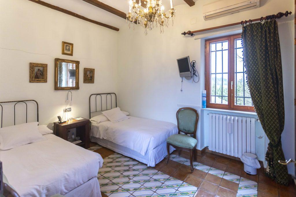 Cómoda habitación doble en La Nova Alcudia. Sencilla y blanca pero llena de comodidades para un buen descanso. Tiene Televisión y teléfono.