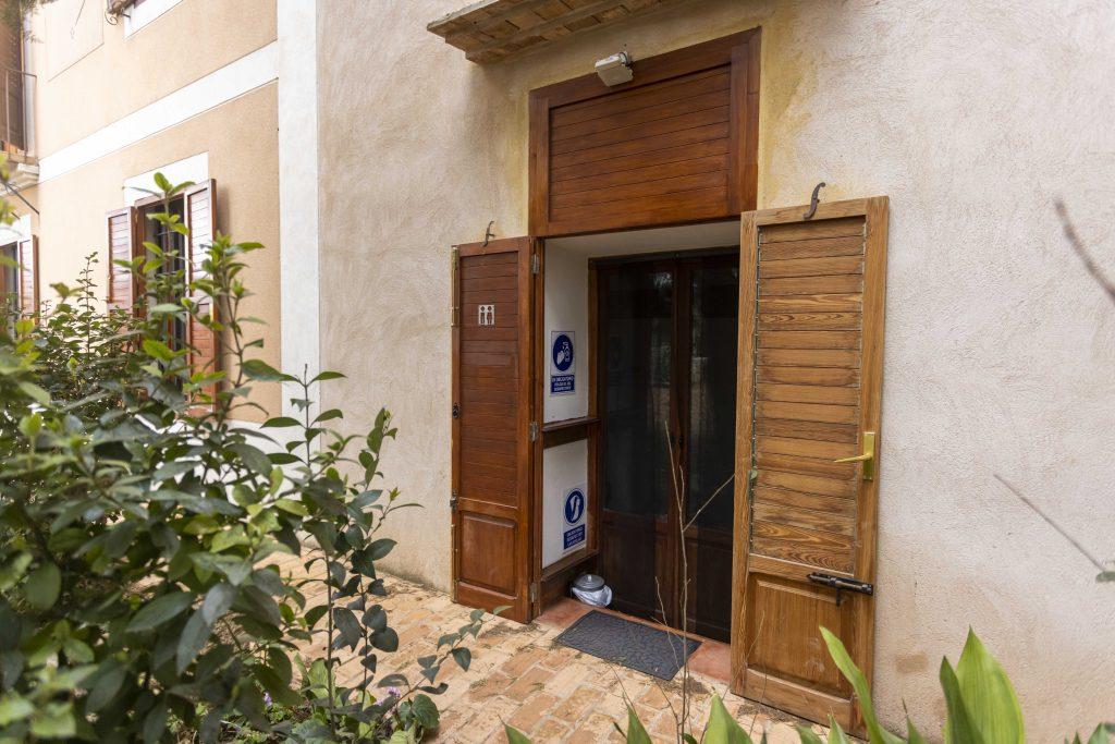 Gran baño exterior de La Nova Alcudia. Compuesto por dos retretes, un lavabo y una cocina interior perfecto para los bañistas.