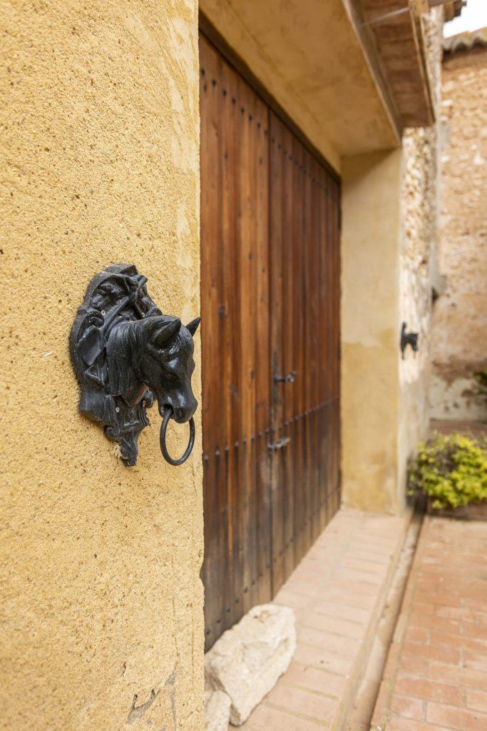 Detalle del portón situado en el patio interior de La Nova Alcudia.