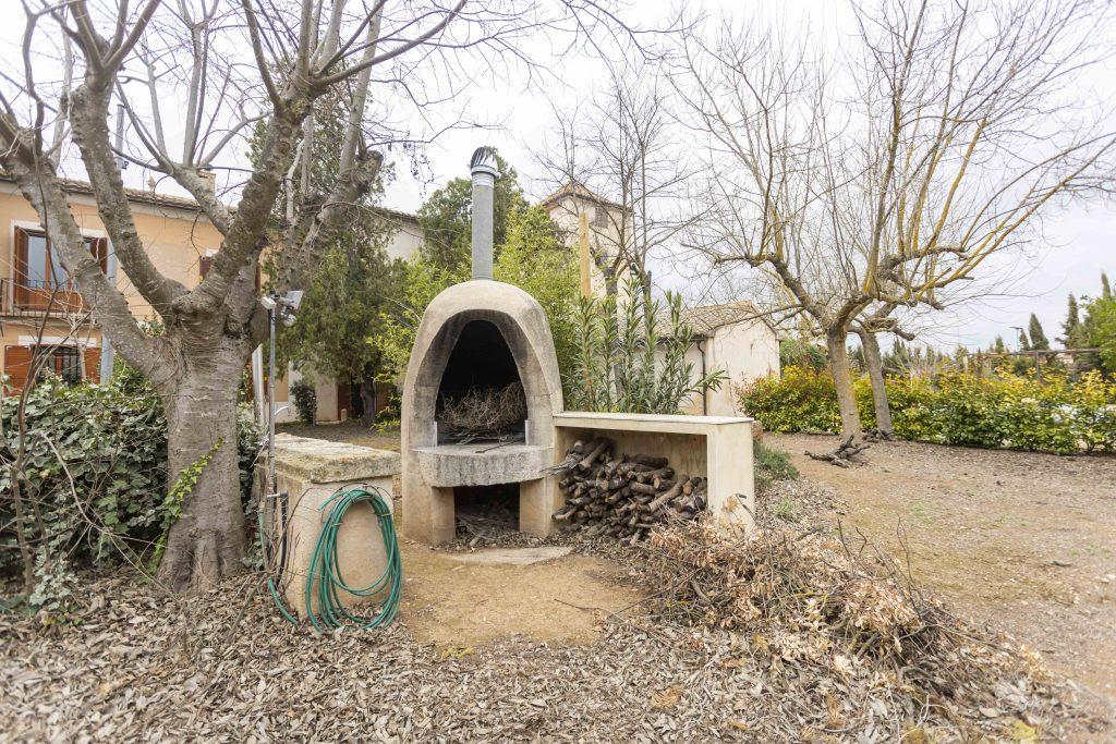 Barbacoa - horno de leña, situado en el amplio jardín exterior de La Nova Alcudia.