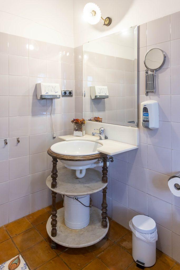 Lavabo del baño de La Nova Alcudia, equipado con ducha, calefacción, lavabo y secador entre otros. Moderno y perfectamente restaurado para que no falte de nada a los huéspedes.