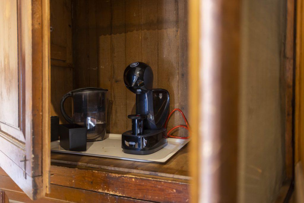 Pequeño comedor de La Nova Alcudia perfecto para desayunos y pequeñas reuniones. Dispone de amplios ventanales y cafetera.