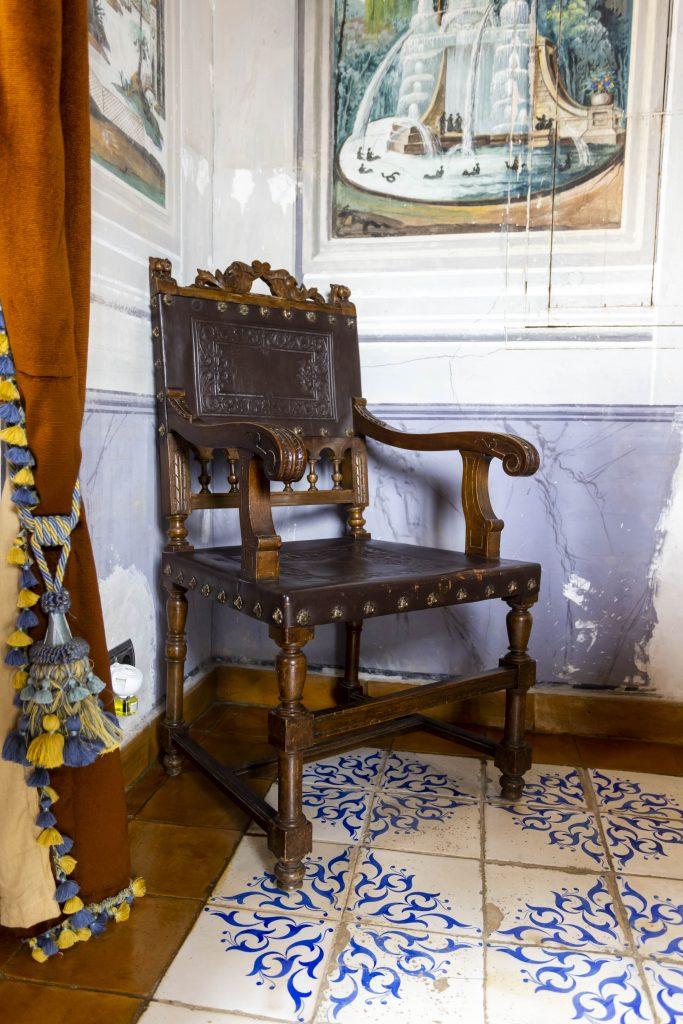 Detalle de silla del amplio comedor, todo pintado a mano y original de la época. Perfecto para celebrar fiestas o cenas de gala.
