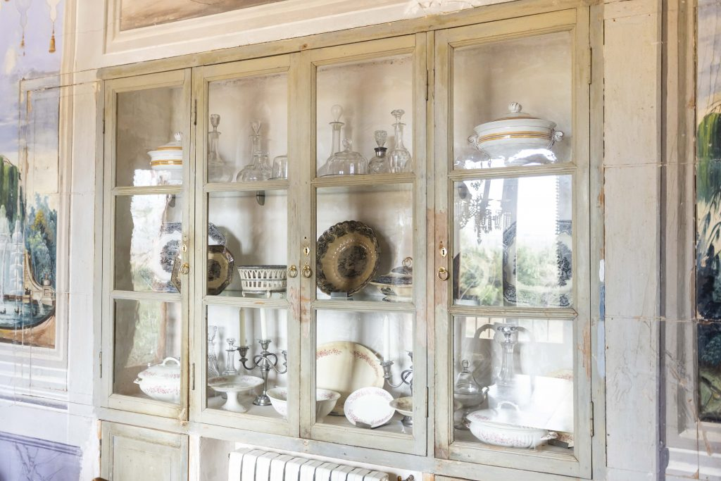 Detalle de vitrina del amplio comedor, todo pintado a mano y original de la época. Perfecto para celebrar fiestas o cenas de gala.