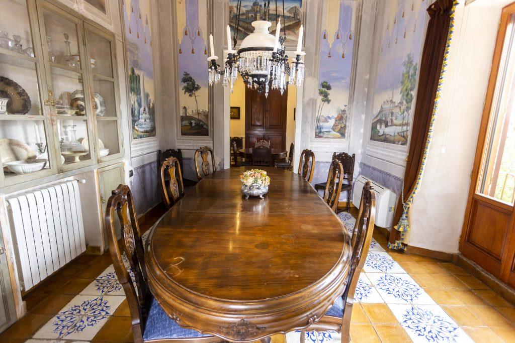 Amplio comedor, todo pintado a mano y original de la época. Perfecto para celebrar fiestas o cenas de gala.