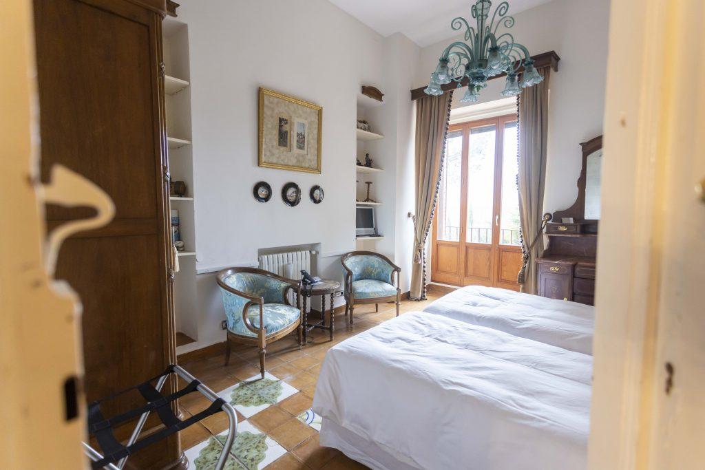 Habitación doble con vistas, cómodas camas de matrimonio y detalles en color azul y verde. Habitación que llama a la calma y al descanso. Televisión y teléfono en todas las estancias.