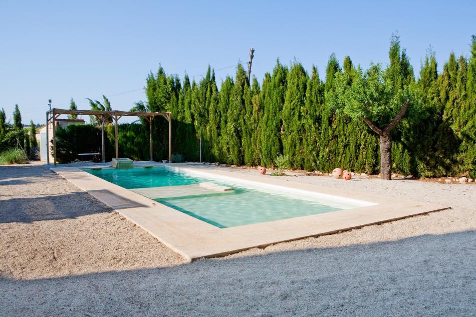 Fotografía exterior de La Nova Alcudia y su piscina jacuzzi de agua salada.