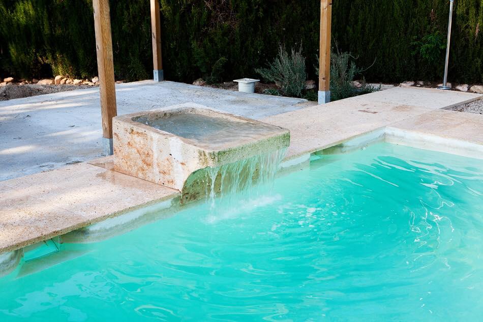 Detalle de la piscina jacuzzi de agua salada de la masía rural La Nova Alcudia.